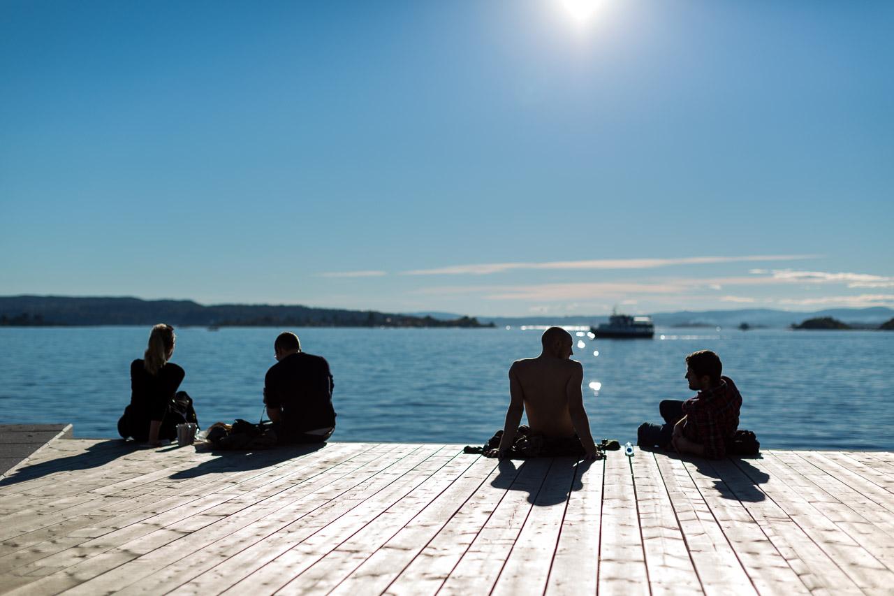 folk-som-koser-seg-med-godt-vaer-ved-tjuvholmen-sjobad-oslo