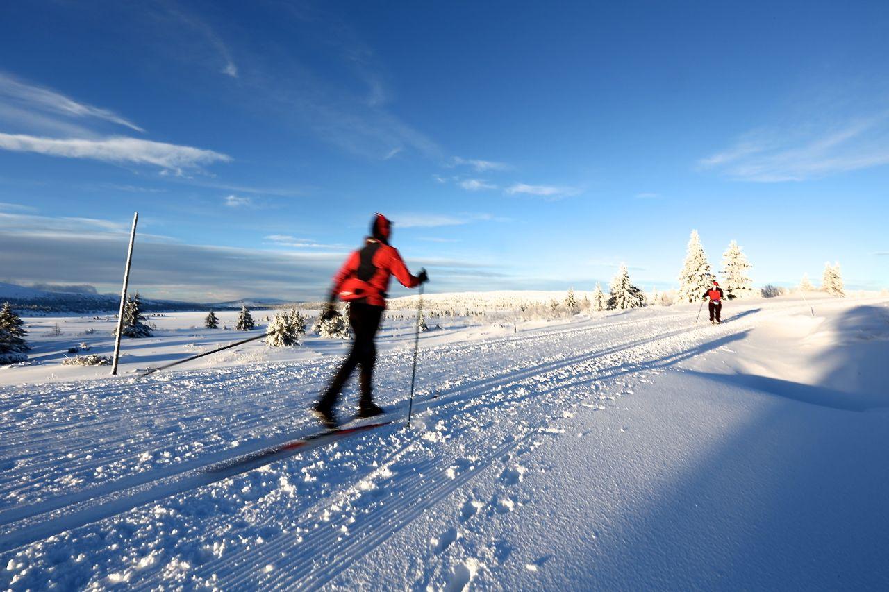 skiloper-i-nypreparerte-skispor-nordseter-lillehammer-norge